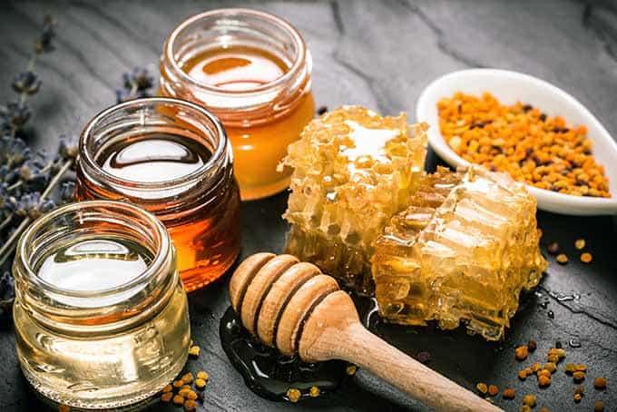 honey varieties with comb and pollen